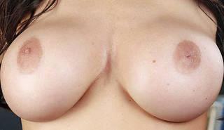 Nackte Brüste aus nächster Nähe.