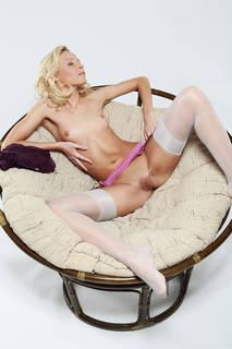 Exotische blonde liegt breitbeinig